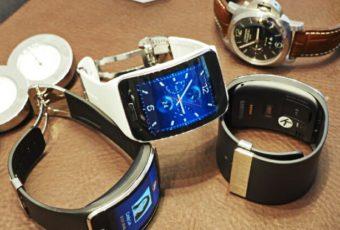 Samsung разрабатывает наручное устройство с широким дисплеем