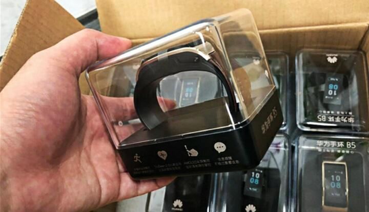 В интернет просочились фотографии умного браслета Huawei TalkBand B5