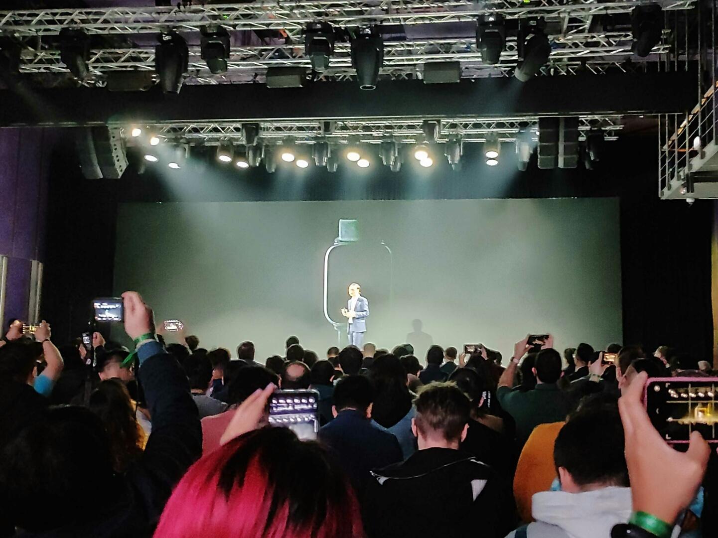 Силуэт будущих смартчасов Oppo издалека